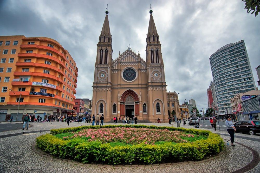 Catedral Metropolitana de Curitiba, a capital do Paraná   Crédito editorial: advjmneto/Shutterstock.com