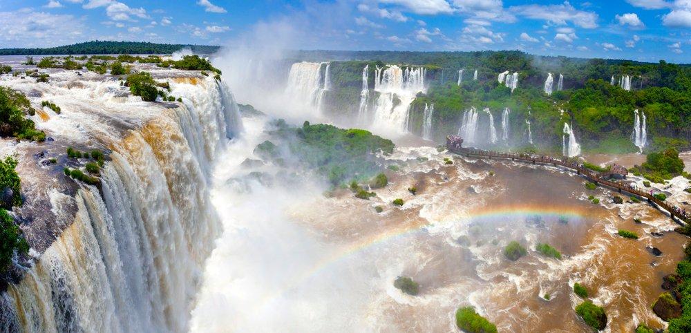 Que tal reservar um tempo para admirar a imponência das Cataratas do Iguaçu, em Foz do Iguaçu?   Crédito: Shutterstock