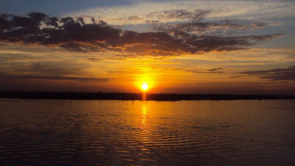 Assista ao pôr do sol no Lago Guaíba, em Porto Alegre   Crédito: Shutterstock